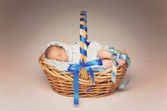 Ύπνος νεογέννητος στο καλάθι στοκ εικόνα