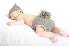 Ύπνος νεογέννητος στο κοστούμι λαγουδάκι Στοκ Εικόνα