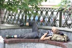Ύπνος ποδηλατών σε έναν πάγκο στοκ φωτογραφία με δικαίωμα ελεύθερης χρήσης