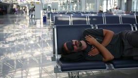 ύπνος στον αερολιμένα με την κάλυψη ματιών απόθεμα βίντεο
