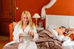 Ύπνος φίλων κατανάλωσης σπορείων γυναικών χαμόγελου Στοκ φωτογραφία με δικαίωμα ελεύθερης χρήσης