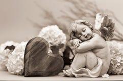 Ύπνος φυλάκων αγγέλου Άγγελος, καρδιά και λουλούδια Στοκ Εικόνες