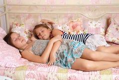 Ύπνος δύο μικρών κοριτσιών σε ένα κρεβάτι Στοκ Εικόνα