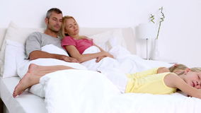 Ύπνος Familiy στο κρεβάτι απόθεμα βίντεο