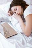 ύπνος lap-top κοριτσιών στοκ εικόνες