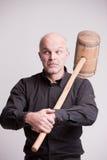 Ύποπτο άτομο με ένα ξύλινο μεγάλο σφυρί Στοκ εικόνα με δικαίωμα ελεύθερης χρήσης