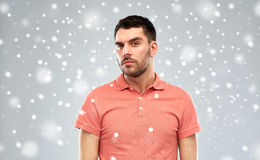 Ύποπτο άτομο που σκέφτεται πέρα από το υπόβαθρο χιονιού στοκ εικόνες