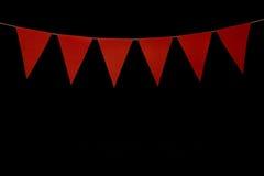 Ύφασμα, έξι κόκκινα τρίγωνα στη σειρά για το μήνυμα εμβλημάτων Στοκ εικόνα με δικαίωμα ελεύθερης χρήσης
