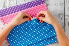 Ύφασμα για το ράψιμο, τη δαντέλλα και τα εξαρτήματα για τη ραπτική στο παλαιό wo Στοκ Εικόνα