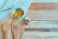 Ύφασμα δικράνων, αυγών και πινάκων στο ξύλινο υπόβαθρο Τοπ άποψη με Στοκ Εικόνες