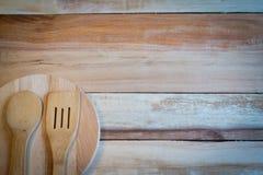 Ύφασμα δικράνων και πινάκων στο ξύλινο υπόβαθρο Στοκ Εικόνες