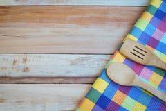 Ύφασμα δικράνων, μαχαιριών και πινάκων στο ξύλινο υπόβαθρο Τοπ όψη Στοκ εικόνα με δικαίωμα ελεύθερης χρήσης