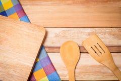 Ύφασμα δικράνων, μαχαιριών και πινάκων στο ξύλινο υπόβαθρο Τοπ όψη Στοκ Εικόνα