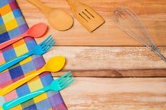 Ύφασμα δικράνων, μαχαιριών και πινάκων στο ξύλινο υπόβαθρο Τοπ όψη Στοκ Εικόνες