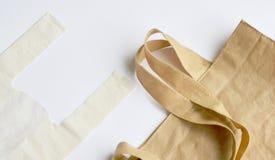 Ύφασμα και πλαστική τσάντα προαιρετικά για την ανησυχία περιβάλλοντος σχετικά με το άσπρο υπόβαθρο Στοκ Φωτογραφίες