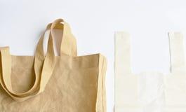 Ύφασμα και πλαστική τσάντα προαιρετικά για την ανησυχία περιβάλλοντος σχετικά με το άσπρο υπόβαθρο Στοκ φωτογραφία με δικαίωμα ελεύθερης χρήσης