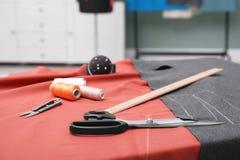 Ύφασμα και ράβοντας εργαλεία στον πίνακα Στοκ Φωτογραφίες