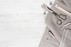 Ύφασμα λινού και ράβοντας εργαλεία Στοκ φωτογραφία με δικαίωμα ελεύθερης χρήσης