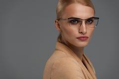 Ύφος γυαλιών γυναικών ` s Όμορφη γυναίκα στο οπτικό πλαίσιο μόδας Στοκ εικόνες με δικαίωμα ελεύθερης χρήσης