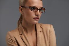Ύφος γυαλιών γυναικών ` s Όμορφη γυναίκα στο οπτικό πλαίσιο μόδας Στοκ εικόνα με δικαίωμα ελεύθερης χρήσης