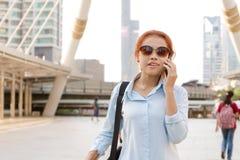 Ύφος εργαζόμενων γυναικών Hipster που περπατούν και τηλέφωνο κλήσης κινητό Στοκ Εικόνες