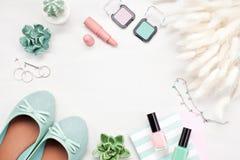 Ύφος θερινών οδών Εξαρτήματα θερινών κοριτσιών μόδας καθορισμένα Παπούτσια, σύνθεση, περιδέραιο, δαχτυλίδια αυτιών Στοκ φωτογραφία με δικαίωμα ελεύθερης χρήσης