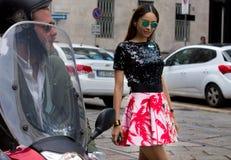 Ύφος οδών κατά τη διάρκεια της εβδομάδας μόδας του Μιλάνου για την άνοιξη/το καλοκαίρι του 2015 στοκ φωτογραφία με δικαίωμα ελεύθερης χρήσης