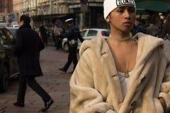 Ύφος οδών κατά τη διάρκεια της εβδομάδας μόδας του Μιλάνου για την πτώση/το χειμώνα του 2015-16 στοκ φωτογραφία