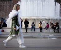 Ύφος οδών: Φθινόπωρο εβδομάδας μόδας του Μιλάνου/χειμώνας 2015-16 Στοκ Φωτογραφίες