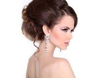 Ύφος τρίχας. Το όμορφο κορίτσι Brunette με το hairstyle και αποτελεί το ι Στοκ Εικόνα