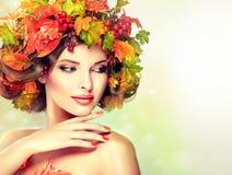 Ύφος φθινοπώρου, φωτεινό makeup, κόκκινο μανικιούρ και κραγιόν Στοκ Εικόνα