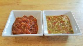Ύφος δύο suaces για το aweet κόκκινος και πικάντικος σε πράσινο Στοκ Εικόνα