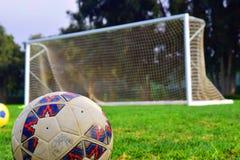 ύδωρ ποδοσφαίρου αντανάκλασης χλόης σφαιρών στοκ εικόνα με δικαίωμα ελεύθερης χρήσης