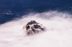 Ύδωρ στο βράχο Στοκ εικόνα με δικαίωμα ελεύθερης χρήσης