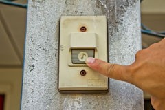 Ώθηση ενός ηλεκτρονικού doorbell Στοκ Φωτογραφίες