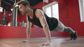 Ώθηση κατάρτισης ατόμων αθλητών επάνω στην άσκηση στη λέσχη ικανότητας απόθεμα βίντεο