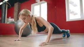 Ώθηση κατάρτισης γυναικών αθλητών επάνω στην άσκηση στη λέσχη γυμναστικής απόθεμα βίντεο
