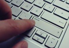 Ώθηση του σπάσιμο-κουμπιού σε ένα γερμανικό ασημένιο QWERTZ keybord Στοκ φωτογραφία με δικαίωμα ελεύθερης χρήσης