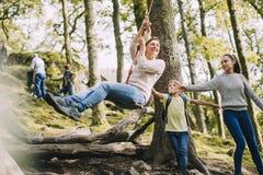 Ώθηση Mum στην ταλάντευση σχοινιών Στοκ Εικόνες