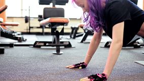 Ώθηση UPS γυναικών κατάρτισης θωρακικών μυών γυμναστικής workout απόθεμα βίντεο