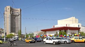 Ώρα κυκλοφοριακής αιχμής πανεπιστημιακό σε τετραγωνικό κεντρικός της πόλης του Βουκουρεστι'ου απόθεμα βίντεο