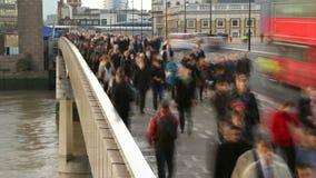 Ώρα κυκλοφοριακής αιχμής στη γέφυρα του Λονδίνου 4K / UHD απόθεμα βίντεο
