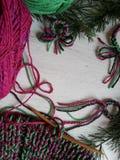 δώρα Χριστουγέννων ανασκόπησης που πλέκουν το κόκκινο Στοκ εικόνα με δικαίωμα ελεύθερης χρήσης