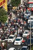 Ώρες κυκλοφοριακής αιχμής στο κεντρικό δρόμο στοκ εικόνα με δικαίωμα ελεύθερης χρήσης