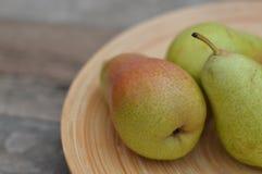 Ώριμα αχλάδια σε ένα κύπελλο φρούτων στοκ εικόνα με δικαίωμα ελεύθερης χρήσης