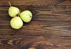 Ώριμα αχλάδια στον αγροτικό πίνακα Στοκ Εικόνα