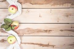 Ώριμα εποχιακά μήλα στο ξύλινο backround Στοκ Φωτογραφίες