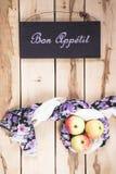 Ώριμα εποχιακά μήλα στο ξύλινο backround Στοκ φωτογραφίες με δικαίωμα ελεύθερης χρήσης