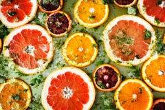 Ώριμα κόκκινα πορτοκάλια και γκρέιπφρουτ που κόβονται από τα δαχτυλίδια Στοκ εικόνα με δικαίωμα ελεύθερης χρήσης