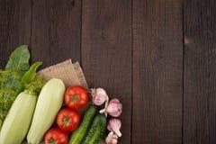 Ώριμα λαχανικά σε έναν παλαιό ξύλινο πίνακα Στοκ φωτογραφίες με δικαίωμα ελεύθερης χρήσης